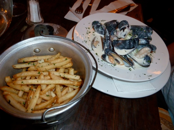 Mussels with cream sauce and frites